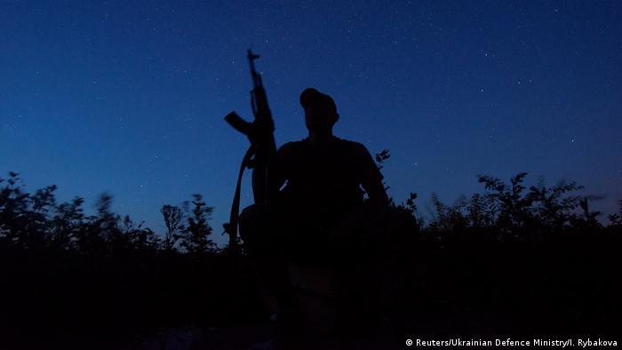 Украинский солдат на линии разграничения в районе Луганска