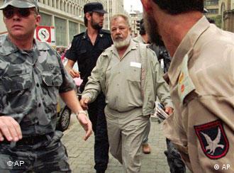 AWB-Chef Eugene Terre'Blanche, Mitte, begleitet von zwei Bodyguards in Johannesburg (Archivfoto: AP)