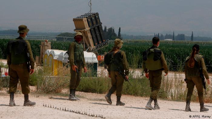 سامانه پدافند گنبد آهنین اسرائیل از همان آغاز برای مقابله با تهدید انبوه طراحی شد. هر واحد پدافندی شامل ۴ لانچر و هر سکو مجهز به ۲۰ موشک است. هر واحد دارای یک مرکز کنترل و یک رادار (EL/M-2084-Multi-Mode-Radar) است که میتواند یک هزار جسم پرنده را همزمان تشخیص دهد.