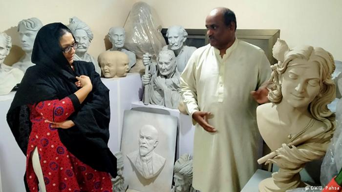 DW Urdu Blogerin Bushra Pahsa zusammen mit Bildhauer Fakero in Pakistan