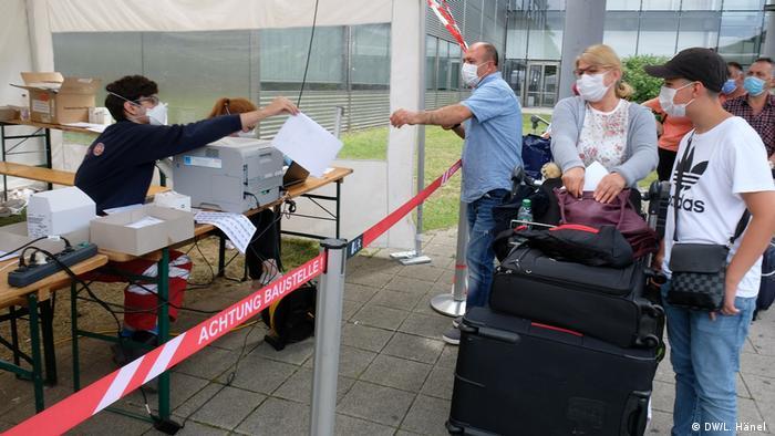 Im Corona-Testzentrum am Köln-Bonner Flughafen werden Personalien aufgenommen