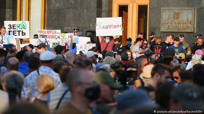Поступки Володимира Зеленського у процесі мирного врегулювання на Донбасі вже неодноразово викликали протести в Україні