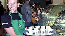 Kelnerin bei Starbucks Coffee in Berlin