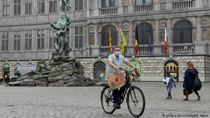 A man rides his bike in Antwerp, Belgium (picture-alliance/dpa/D. Waem)