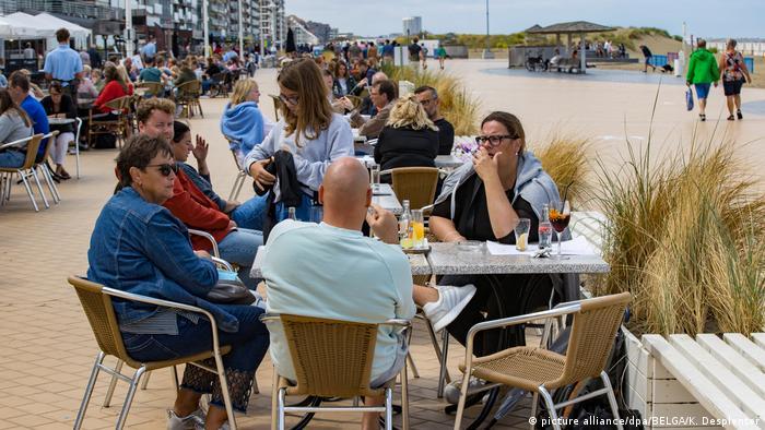 Besucher sitzen in Cafes und Restaurants an der Strandpromenade von Nieuwpoort (picture alliance/dpa/BELGA/K. Desplenter)