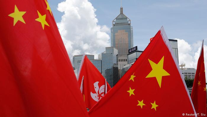Китайские и гонконгские флаги в Гонконге
