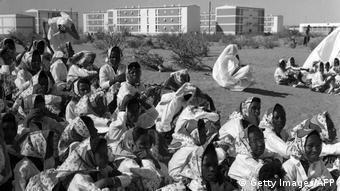 Des femmes attendent les célébrations de l'indépendance à Nouakchott en novembre 1960