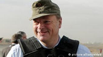 Entwicklungsminister Dirk Niebel mit olivgrüner Militärmütze und schusssicherer Weste auf dem militärischen Teil des Flughafens in Kabul. (Foto: Marcel Mettelsiefen dpa / lbn)