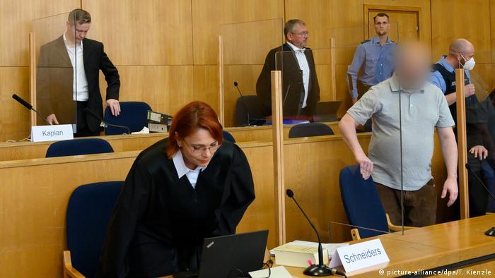 Lübcek davasında ana sanık Stephan E arkada, Markus H. önde sağda