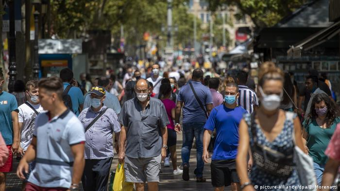 Crowded street in Barcelona, Spain (picture-alliance/dpa/E. Morenatti)