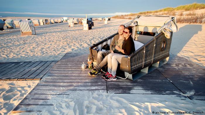 Двуспальная пляжная корзина на немецком морском курорте - острове Нордернай