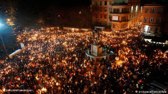Lichterprozession auf dem Domplatz von L'Aquila (Foto:dpa)