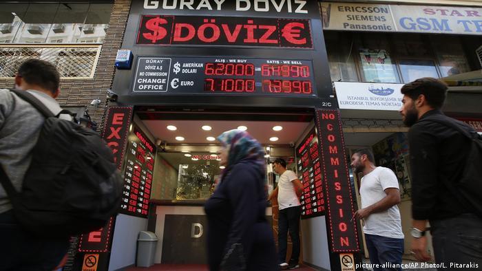 Türkei Istanbul | Geldwechselgeschäft | Türkische Wirtschaft (picture-alliance/AP Photo/L. Pitarakis)