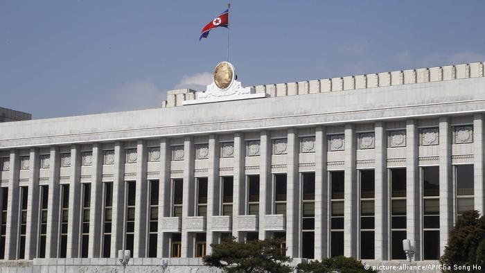 Nordkorea Pjöngjang Parlamentsgebäude (picture-alliance/AP/Cha Song Ho)
