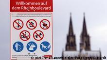 Ein Schild mit Hinweisen klärt auf über Verbote am Rheinboulevard in Deutz. Köln, 26.06.2020 | Verwendung weltweit