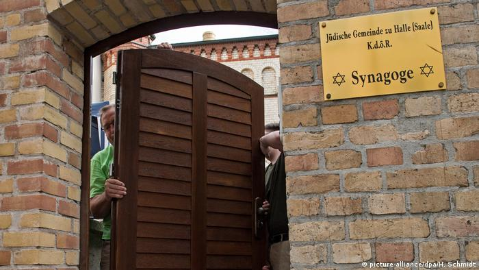New door being fitted into synagogue door (picture-alliance/dpa/H. Schmidt)