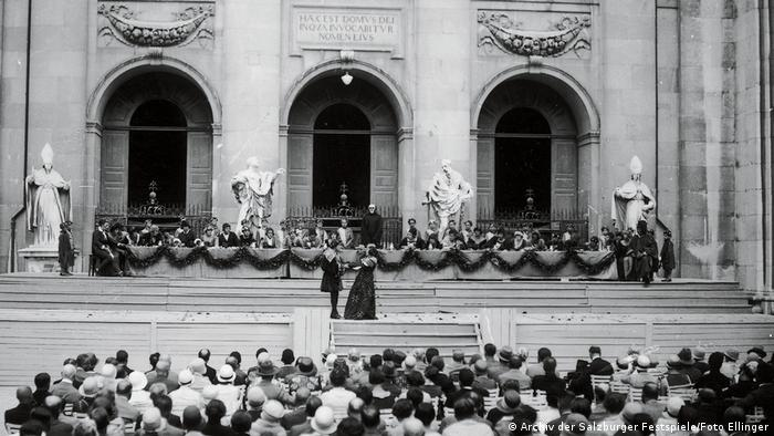 Old photo of a theatrical performance on the steps of a cathedral (Archiv der Salzburger Festspiele/Foto Ellinger)
