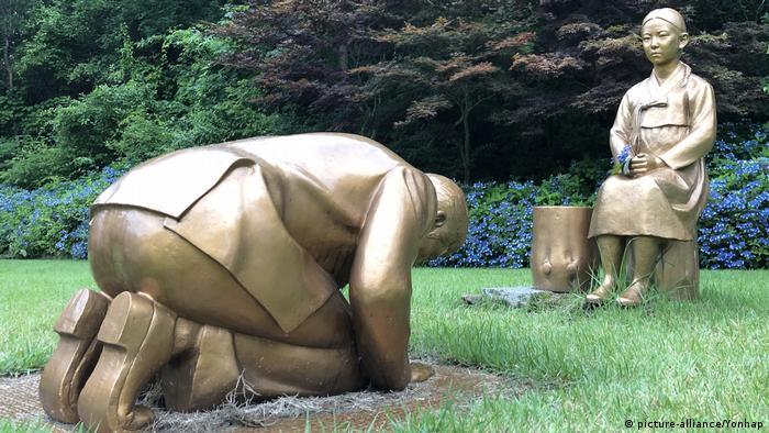 Südkorea Pyeongchang Statue knieender Mann (picture-alliance/Yonhap)