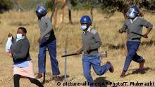 Coronavirus | Simbabwe Polizei bei Protest von Krankenschwestern (picture-alliance/AP Photo/T. Mukwazhi)