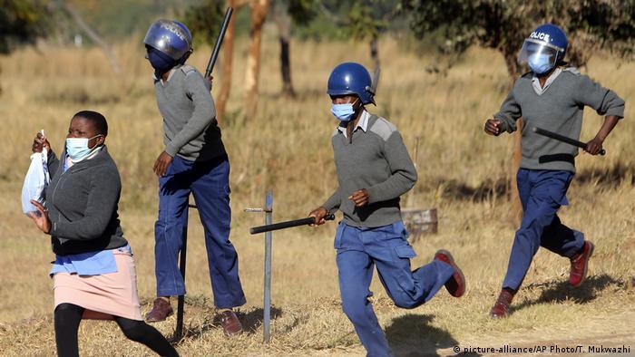 Coronavirus | Simbabwe Polizei bei Protest von Krankenschwestern