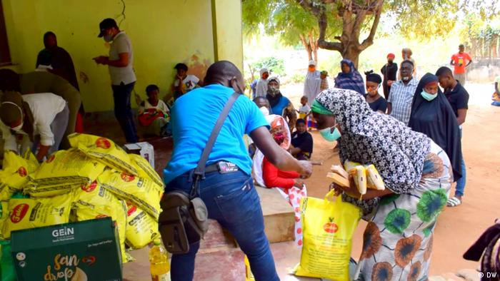Displaced people receive donations in Pemba, the capital of Cabo Delgado (DW/D. Anacleto)