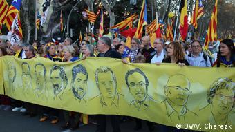 Сторонники независимости Каталонии с плакатом в Мадриде