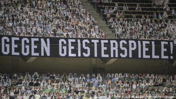 Transparent navijača na stadionu Borussije Mönchengladbach popunjenom figurama od kartona: Protiv praznih tribina!