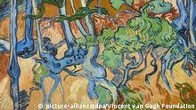HANDOUT - 28.07.2020, Niederlande, Amsterdam: «Baumwurzeln» (1890), das letzte Gemälde von Vincent van Gogh, aus der Kollektion Van Gogh-Museum. 130 Jahre nach dem Tod des Malersist der Ort entdeckt worden, an dem er sein letztes Bild gemalt haben soll. Im nordfranzösischen Auvers-sur-Oise wurde die Stelle als besondere Sehenswürdigkeit ausgezeichnet, teilte das Amsterdamer Van Gogh-Museum am 28.07.2020 mit. An einem mit Bäumen und Wurzeln bewachsenen Hügel soll der niederländische Maler sein Gemälde «Baumwurzeln» gemalt haben. Kurze Zeit später nahm er sich das Leben. Der größte Baumstrunk auf dem Bild ist nach Angaben desMuseums noch immer zu sehen. Foto: -/Vincent van Gogh Foundation/dpa - ACHTUNG: Nur zur redaktionellen Verwendung im Zusammenhang mit der aktuellen Berichterstattung und nur mit vollständiger Nennung des vorstehenden Credits +++ dpa-Bildfunk +++ |