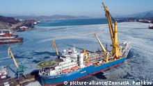 Nakhodka, Russia - February 06, 2020: Crane-laying pipe-laying vessel Academic Chersky former Jackson 18, a ship owned by Gazprom | Verwendung weltweit