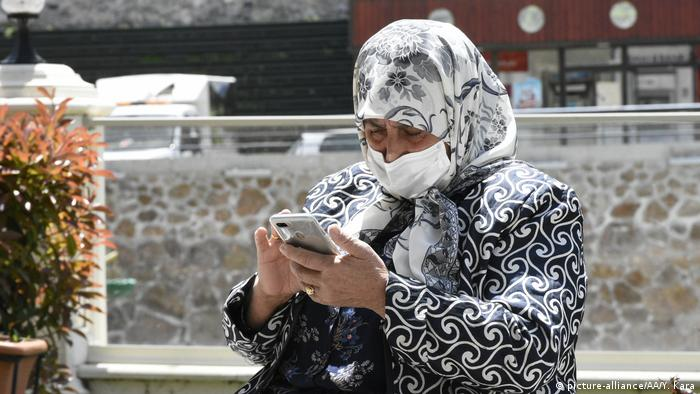 A woman in Turkey using a smartphone (picture-alliance/AA/Y. Kara)