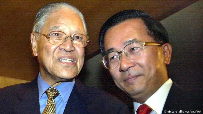 Taiwan Taipeh | Präsident Chen Shu-bian und sein Vorgänger Lee Teng-hui (picture-alliance/dpa/Yeh)