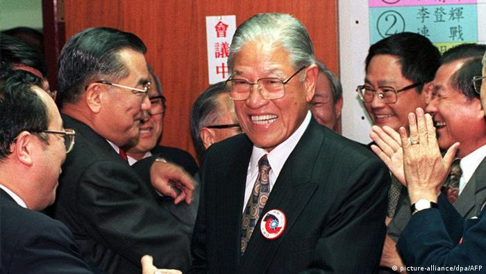 Lee Teng-hui pictured on March 23, 1996, after his victory in Taiwan's first free presidential election (picture-alliance/dpa/AFP)