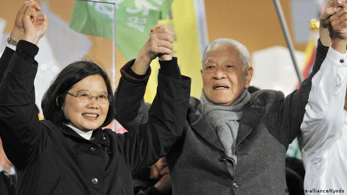 Former Taiwan President Lee Teng-hui (R) attends a gathering in New Taipei City to rally support for Democratic Progressive Party Chairwoman and presidential candidate Tsai Ing-wen (L) on Jan. 13, 2012, a day before the island's presidential election. (picture-alliance/Kyodo)