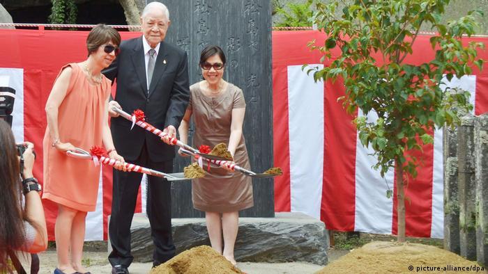Japan Matsushima | Lee Teng-hui, Frau und Tochter pflanzen Baum am Zuigan-ji Tempel (picture-alliance/dpa)