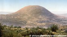 1890-1900, Berg Tabor, Israel, Historische Fotografie vom Mount Tabor, Holy Land, Israel, photochrom, circa 1890-1900.   Keine Weitergabe an Wiederverkäufer.