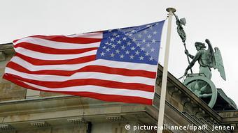 Флаг США на фоне Бранденбургских ворот