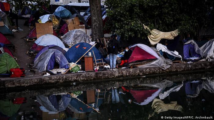 Flüchtlinge packen angesichts der Polizeiaktion in Aubervilliers ihre Habseligkeiten zusammen (Foto: Getty Images/AFP/C. Archmbault)