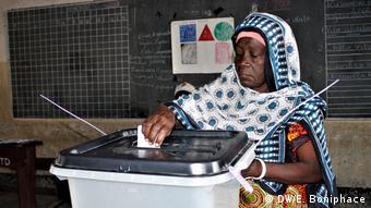 Tansania | Wahlen | Wahlstimmen werden abgegeben (DW/E. Boniphace)