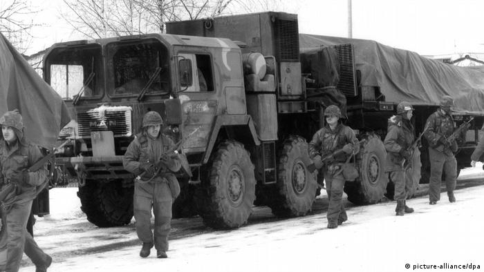 Military convoy guarding the transport of Pershing-II rockets in 1983 (picture-alliance/dpa)