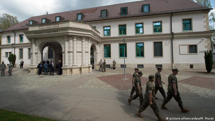 Mitglieder der US-Streitkräfte gehen in Stuttgart am Hauptquartier vorbei