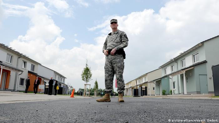 US military policeman standing on street of US army residential area in Wiesbaden-Erbenheim Europa-Hauptquartier der US-Armee (picture-alliance/dpa/A. Dedert)
