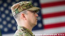 US-Soldat in Storck-Barracks vor Flagge