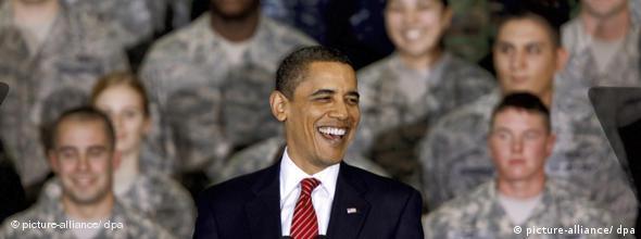 Obama vor Soldaten (Foto: dpa)