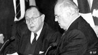 Bundeskanzler Helmut Kohl und der deutsche Außenminister Hans-Dietrich Genscher bei einer EG-Sitzung in Maastricht (AP-Photo/ra/stf/Roberto Pfeil)