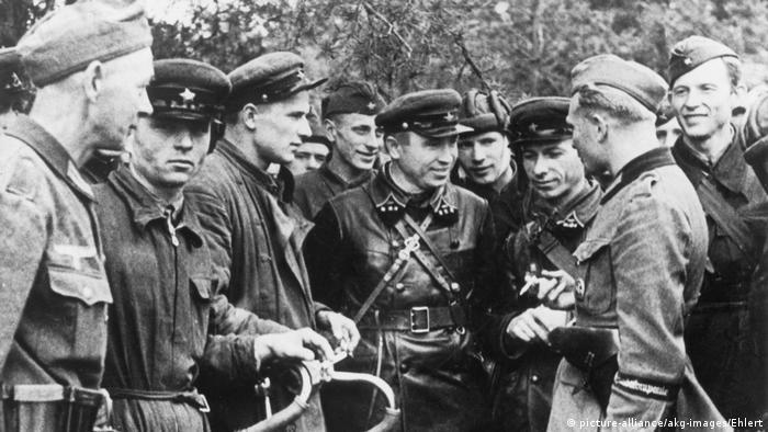 Задоволені не всі Атмосфера у Бресті (тоді він називався Брест-Литовськом) 20-22 вересня була тепла. Але, схоже, що не всім це нове бойове товаришування подобалось. Чи, можливо, офіцер Червоної армії на знімку просто незадоволений тим, що його знімає німецький військовий фотограф?