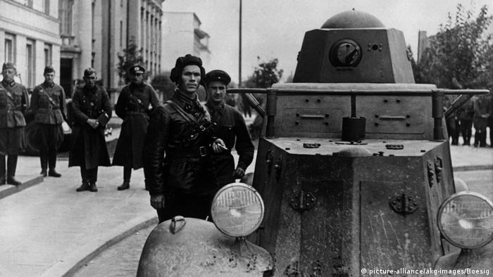 Обов'язковий політпрацівник З Москви дали команду, щоб у перемовах з німцями у Брест-Литовську обов'язково брав участь і політпрацівник. Ним став батальйонний комісар Філіп Боровенський. На знімку він на передньому плані у шоломі, поряд з броньовиком.