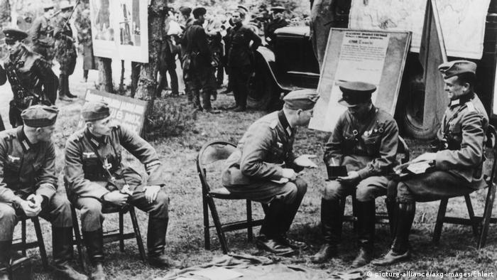 За кулісами перемовин Домовлялися офіцери обох армій не лише про те, як встановити демаркаційну лінію, яку музику гратимуть на параді військові оркестри, і про інші подібні формальності. За кулісами залишилися перемовини про видачу гестапо німецьких та австрійських комуністів, що втекли з третього рейху у Радянський Союз. Про ці наслідки німецько-радянського братерства по зброї теж пише Ґергард Пауль.
