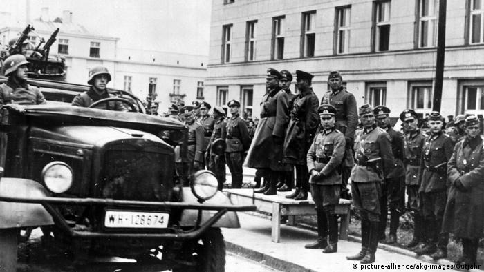 Від Бреста до Москви На трибуні: Семен Кривошеїн (у темній кожанці), генерали Гайнц Ґудеріан, командир піхотної дивізії Моріц фон Вікторін та командир танкової групи Вальтер Нерінґ. Усі ці німецькі генерали воювали пізніше на Східному фронті. Особливо відзначився Нерінґ, за що його неодноразово нагороджували, і Ґудеріан, який у 1941 році дійшов до Москви.