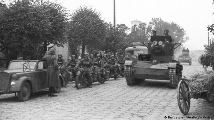 Цікаво познайомитись Німецькі мотоциклісти та командирський танк Червоної армії Т-26.
