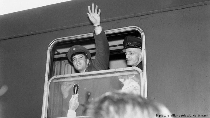 US soldier Elvis Presley waving out of a train in Bremerhaven (picture-alliance/dpa/L. Heidtmann)